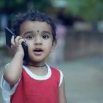 電話する子供