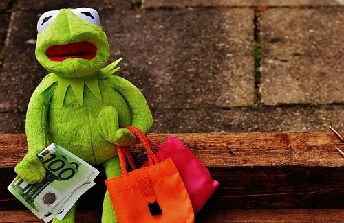 お買い物をしているカエル