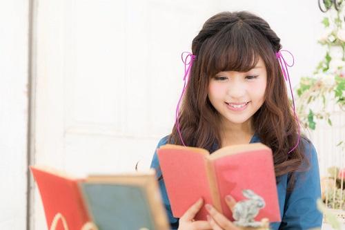 書籍を読む女の子